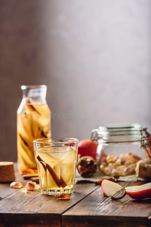 L'eau avec la poire, le gingembre et la cannelle images libres de droits