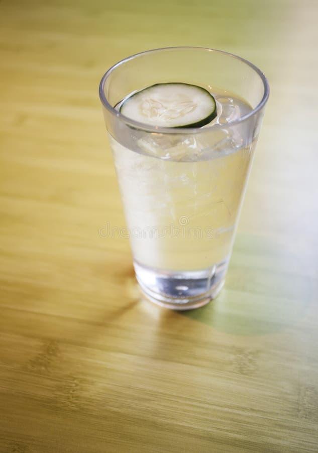 L'eau avec le concombre à un restaurant libanais images stock