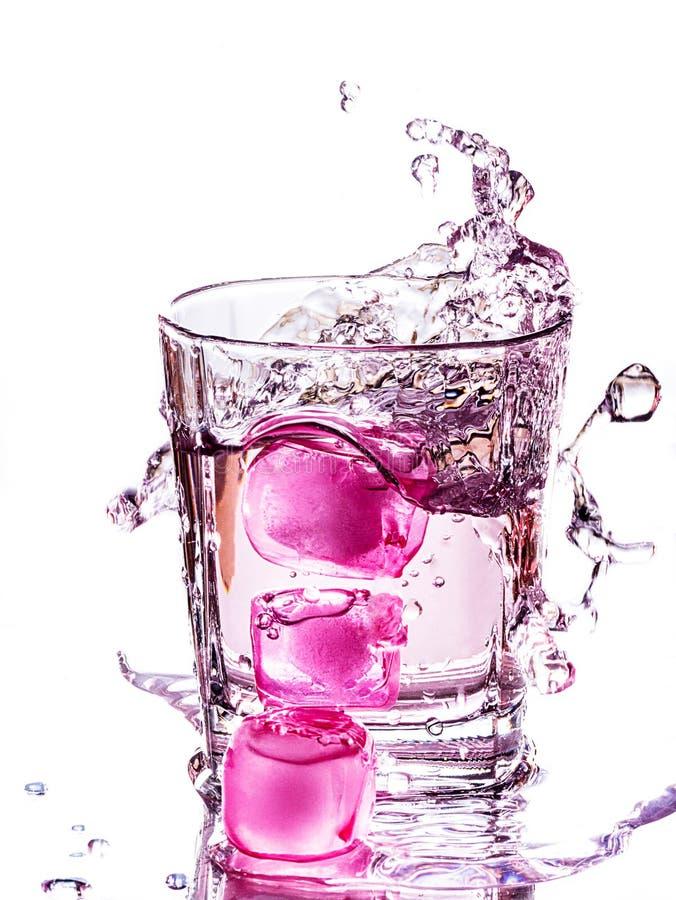L'eau avec les glaçons roses photos libres de droits