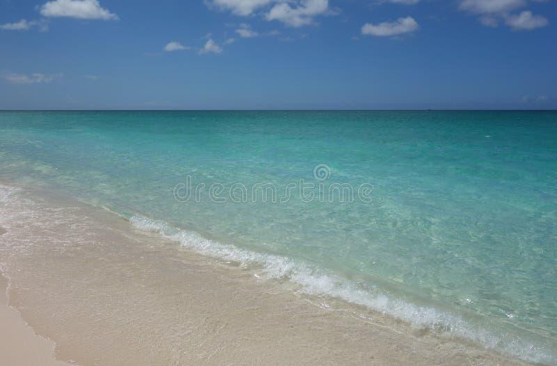 L'eau azurée et ciel bleu sur Grace Bay Beach les Turcs et en Caïques image stock