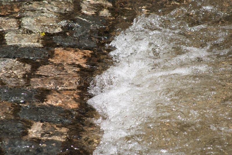 L'eau blanche et pierres images libres de droits