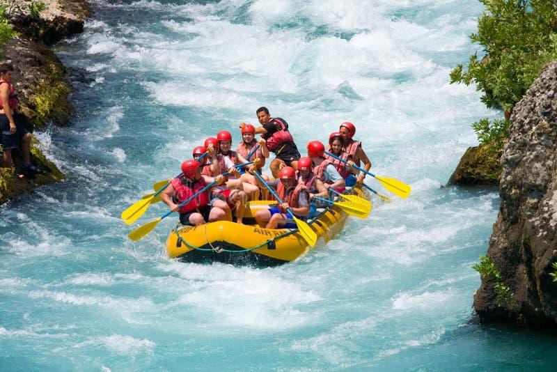 L'eau blanche transportant par radeau sur la rapide de la rivière Manavgat photos libres de droits