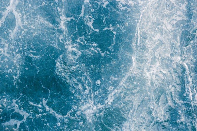 L'eau bleue abstraite de mer ou d'océan avec la mousse blanche et bulles pour images libres de droits