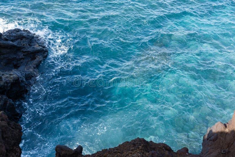 L'eau bleue claire de l'Océan Atlantique et de la lave refroidie photographie stock