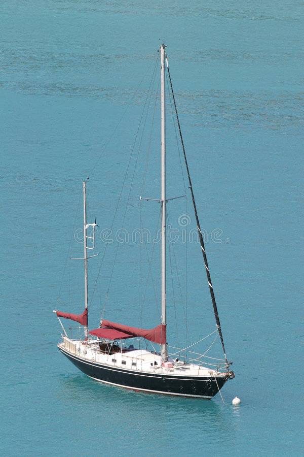 L'eau bleue de bateau noir image libre de droits