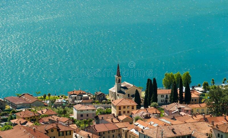 L'eau bleue du lac Como photographie stock libre de droits