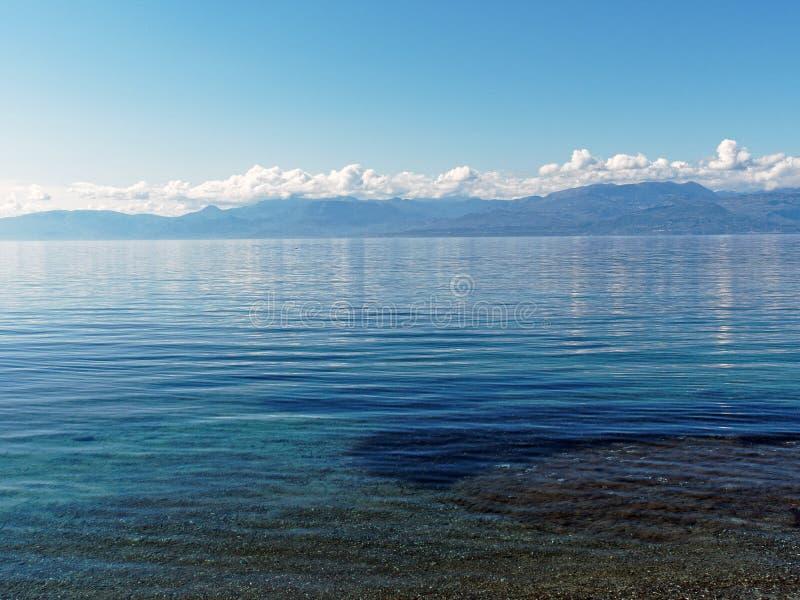 L'eau bleue ondulée sur le Golfe corinthien, Grèce photos stock