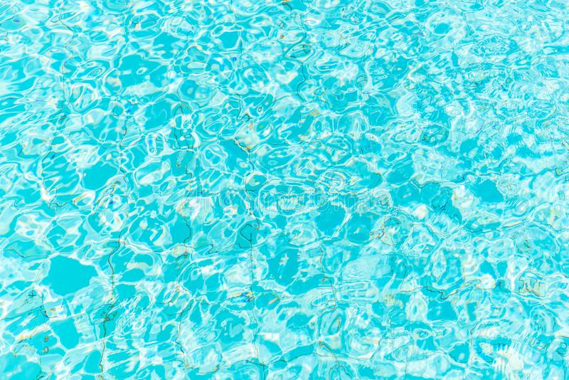 L'eau bleue pure dans le regroupement images stock