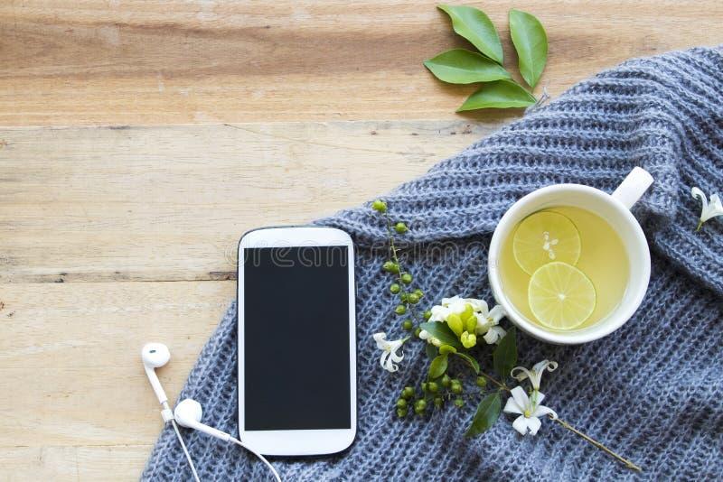 L'eau chaude de cocktail de citron de miel de boissons saines de fines herbes image libre de droits
