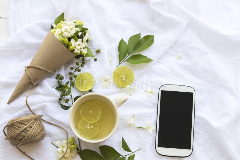 L'eau chaude de cocktail de citron de miel de boissons saines de fines herbes photos libres de droits