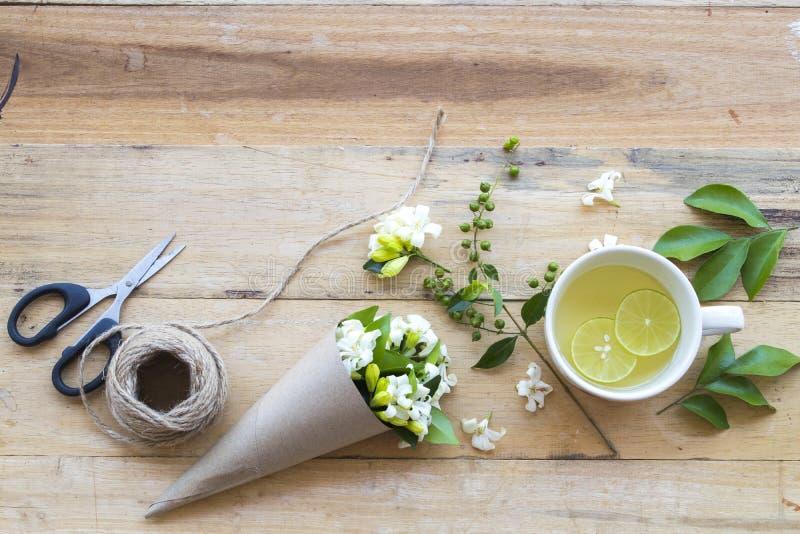 L'eau chaude de cocktail de citron de miel de boissons saines de fines herbes photo stock