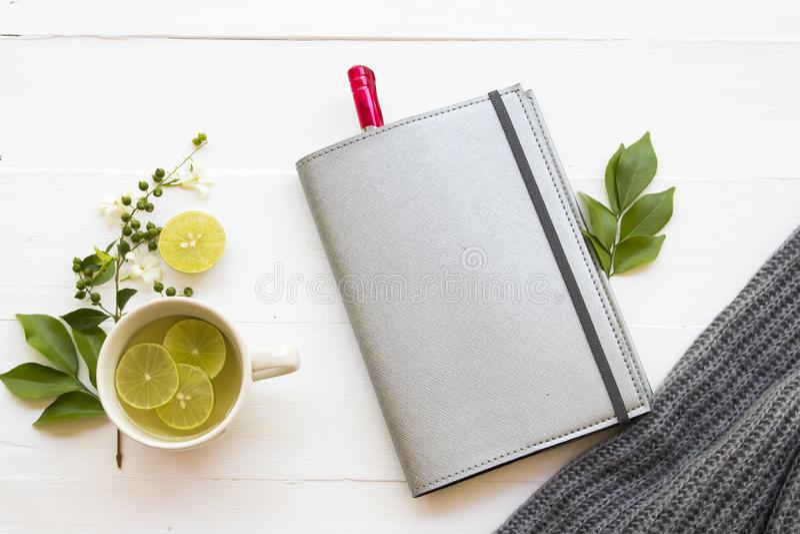L'eau chaude de cocktail de citron de miel de boissons saines de fines herbes images libres de droits