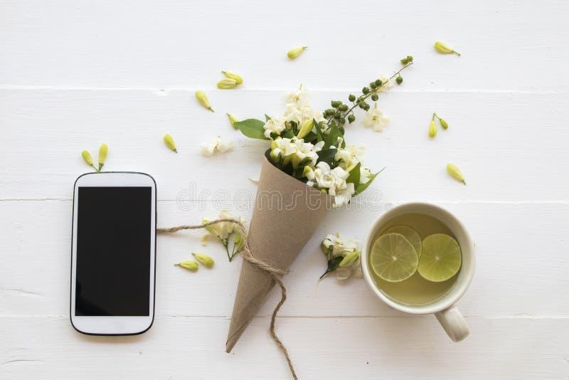 L'eau chaude de cocktail de citron de miel de boissons saines de fines herbes photographie stock