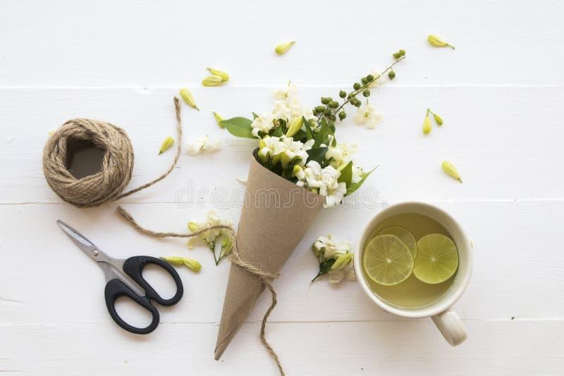 L'eau chaude de cocktail de citron de miel de boissons saines de fines herbes photo libre de droits