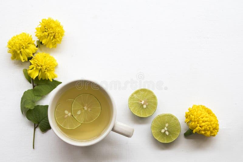 L'eau chaude de cocktail de citron de miel de boissons saines de fines herbes photos stock