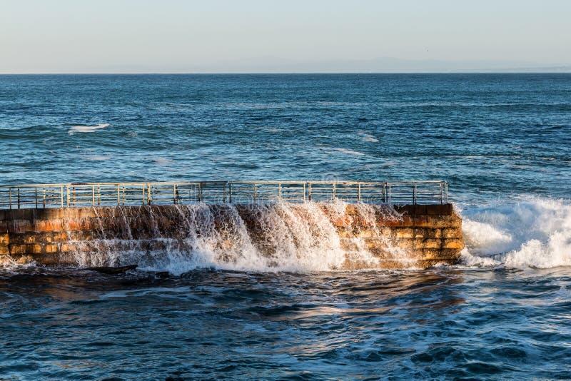 L'eau circulant sur la digue à la piscine des enfants de La Jolla photographie stock libre de droits