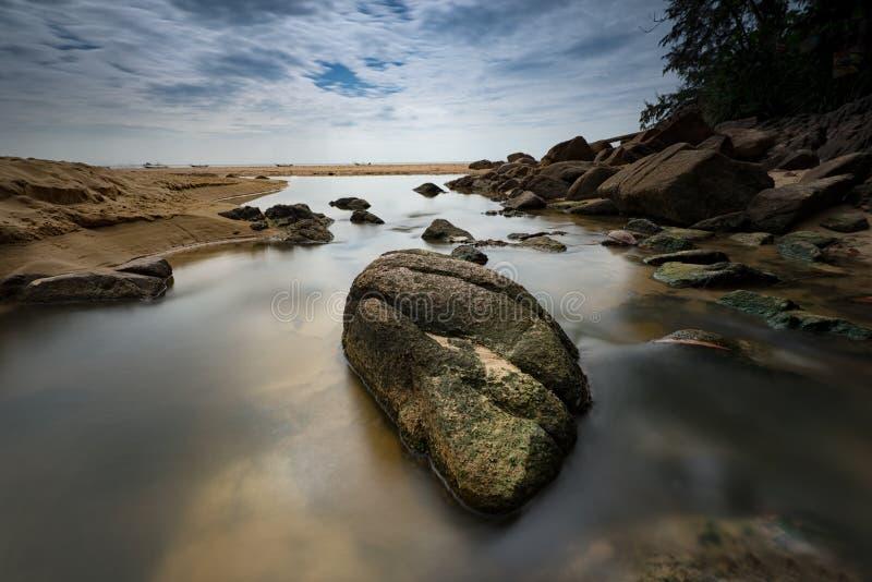 L'eau circulant sur les roches images stock