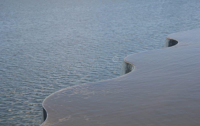 L'eau circulant sur une courbe image libre de droits