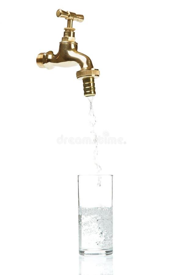 L'eau circulante hors de la prise images stock