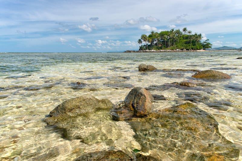 L'eau clair comme de l'eau de roche de la mer tropicale photos libres de droits