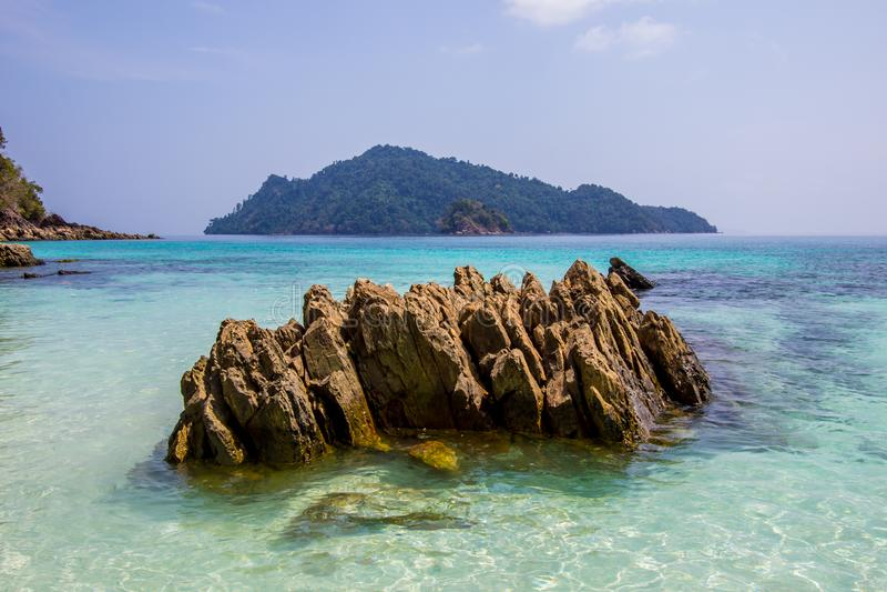 L'eau clair comme de l'eau de roche à l'île de fleur - une de belles îles dans Kawthoung, une province de bord de la mer de Myanm photo stock