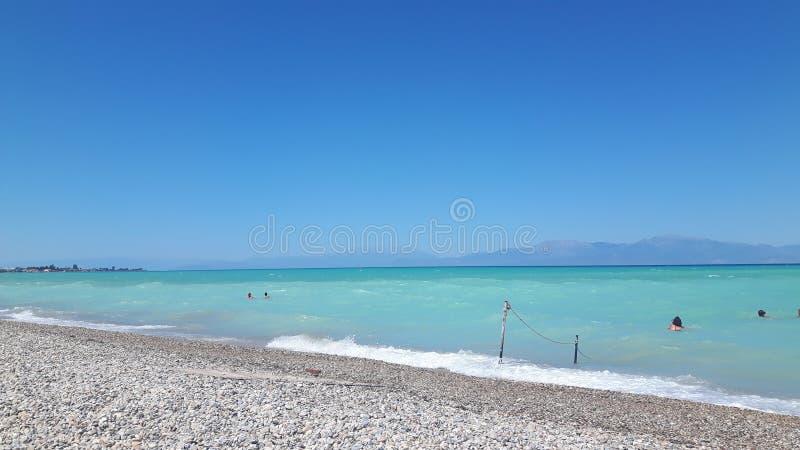 L'eau clair comme de l'eau de roche en vacances dedans près d'Athéna photographie stock