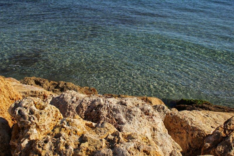 L'eau clair comme de l'eau de roche et roches photographie stock libre de droits