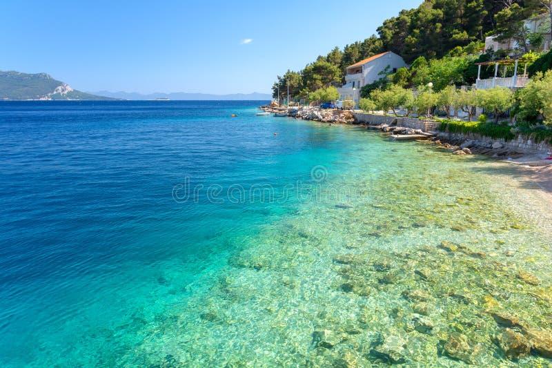 L'eau clair comme de l'eau de roche de la Mer Adriatique dans Trstenik, péninsule de Peljesac, Dalmatie, Croatie images libres de droits