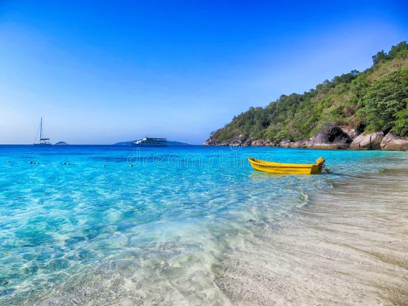 L'eau claire à l'île Phuket, Thaïlande de Similan images stock