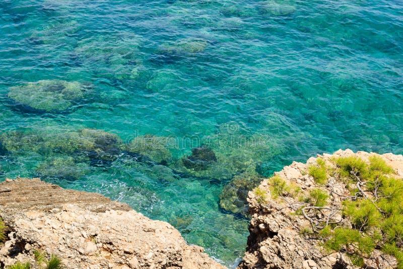 L'eau claire de turquoise de la mer Méditerranée photos libres de droits