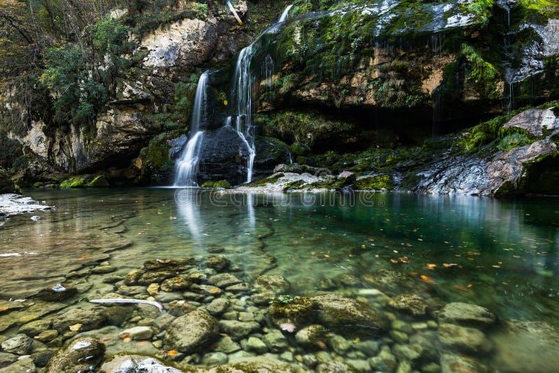 L'eau claire entrant de la cascade de Virje dans la Slovénie photographie stock
