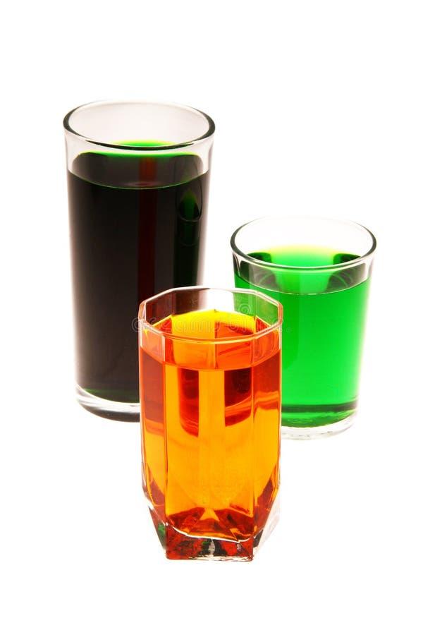 L'eau colorée dans les verres photo stock