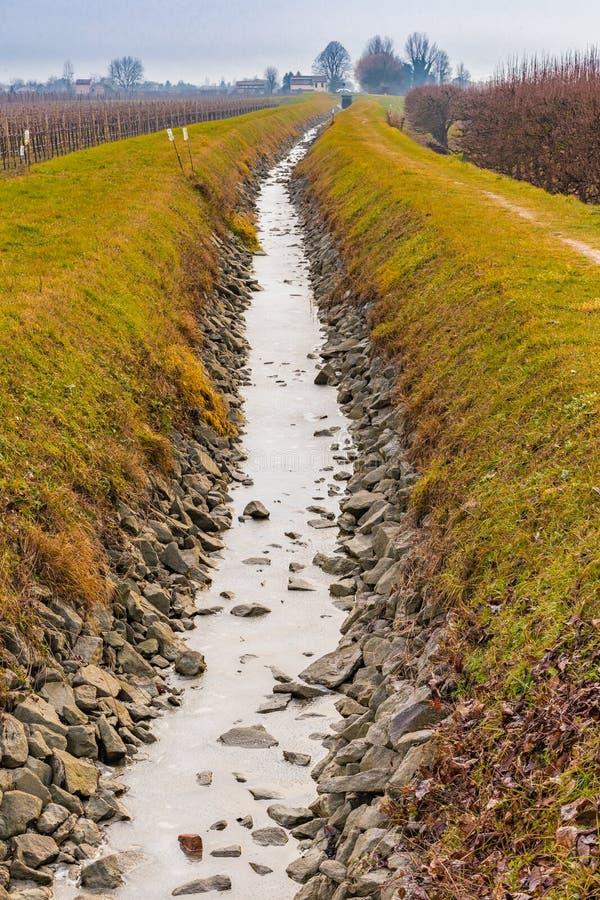 L'eau congelée du canal d'irrigation images stock