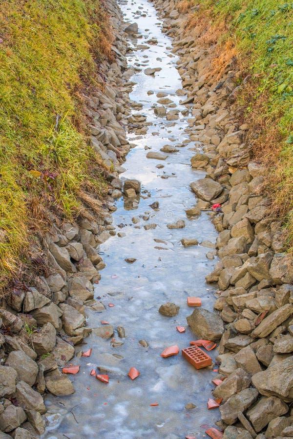 L'eau congelée du canal d'irrigation photos stock