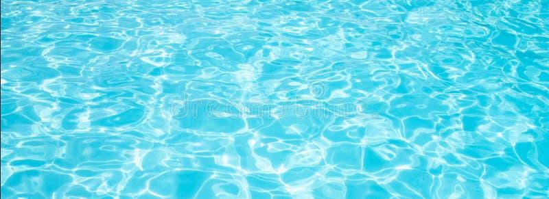 L'eau déchirée bleue dans la bannière de vacances d'été de piscine photo libre de droits