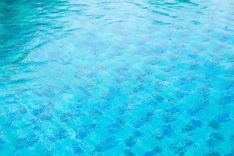 L'eau déchirée par bleu dans la piscine photo stock