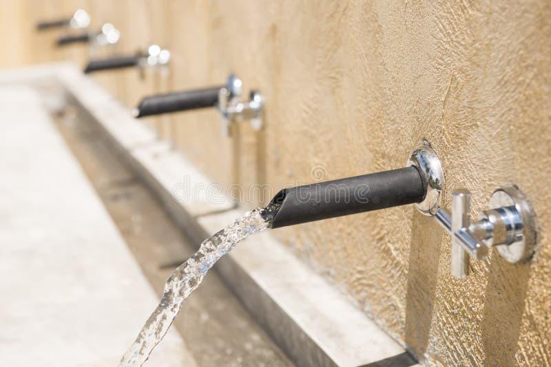 L'eau découlant du robinet images stock
