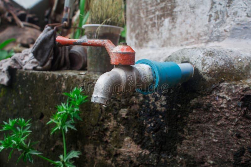 L'eau d'égoutture sur un vieux faucet images stock