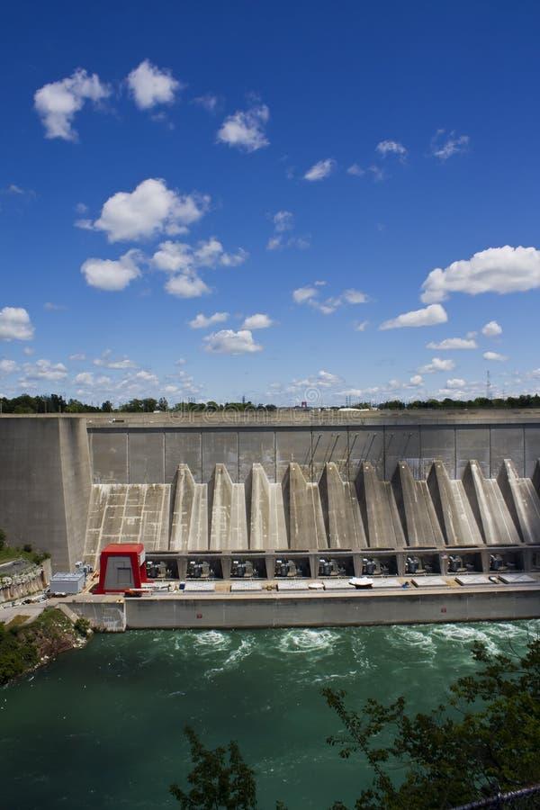 l'eau d'énergie hydraulique de barrage images stock