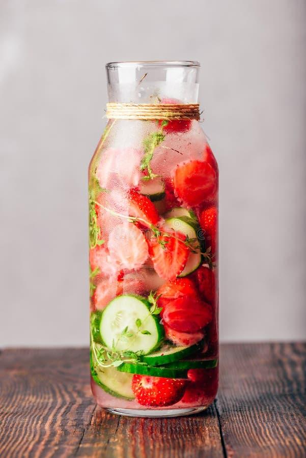 L'eau d'été avec la fraise, le concombre et le thym image stock