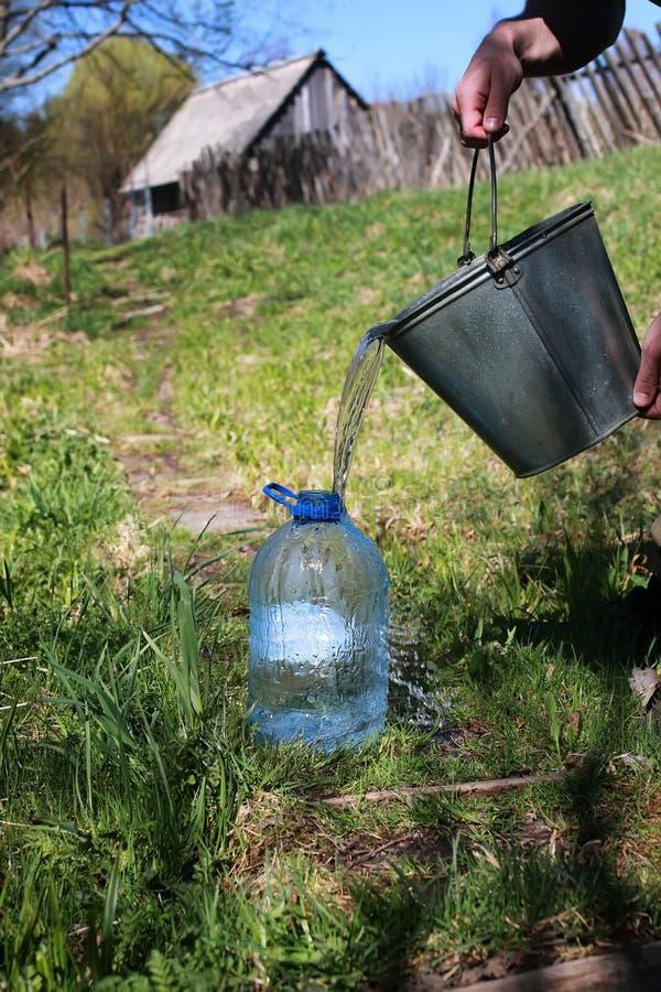 L'eau d'aspiration du puits photos stock