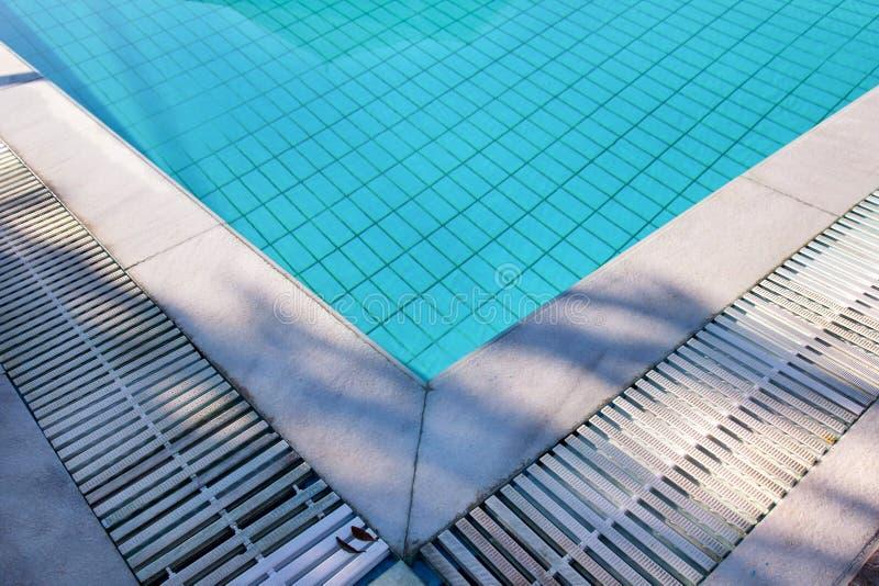 L'eau d?chir?e bleue dans la piscine dans la station de vacances tropicale avec le bord du trottoir Une partie de fond inf?rieur  images libres de droits
