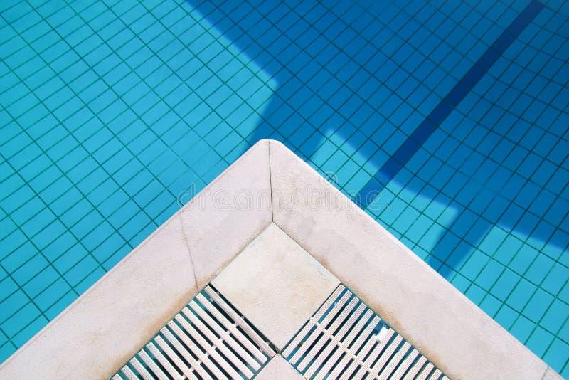 L'eau d?chir?e bleue dans la piscine dans la station de vacances tropicale avec le bord du trottoir Une partie de fond inf?rieur  photo stock