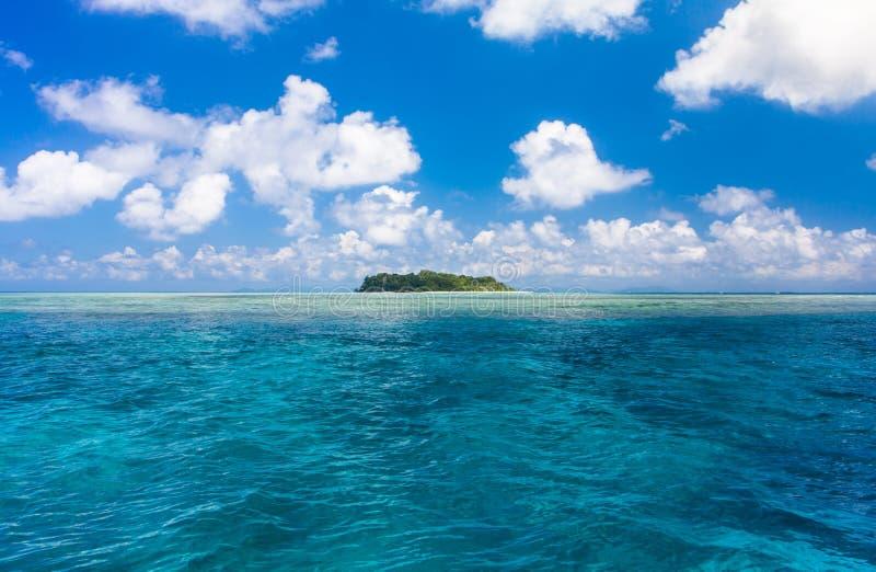 L'eau d'océan de turquoise et île tropicale idyllique de Sipadan image libre de droits