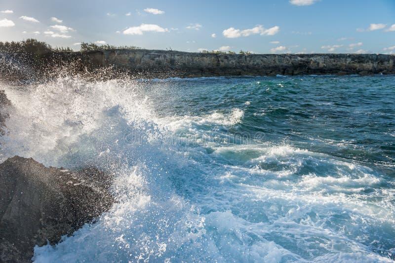 L'eau d'océan et jet d'eau dans la roche barbados photo stock