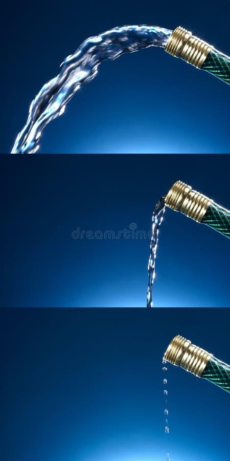 L'eau d'un boyau de jardin images libres de droits