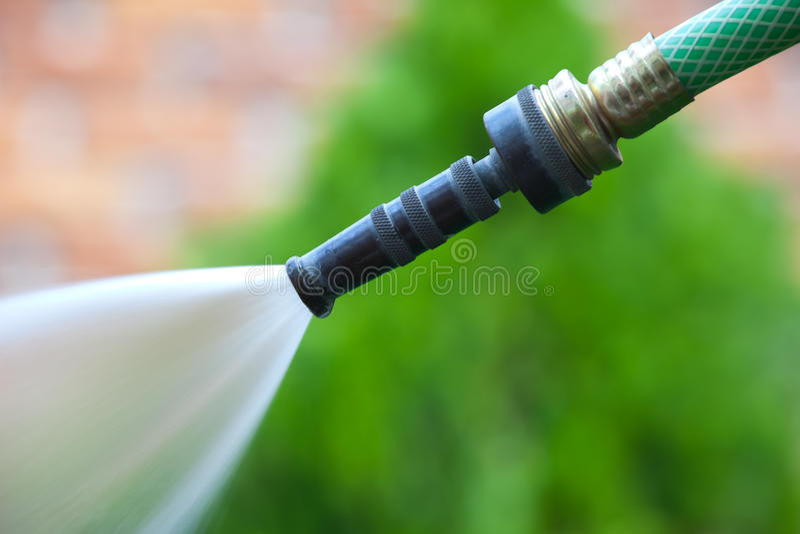 L'eau d'un boyau de jardin images stock
