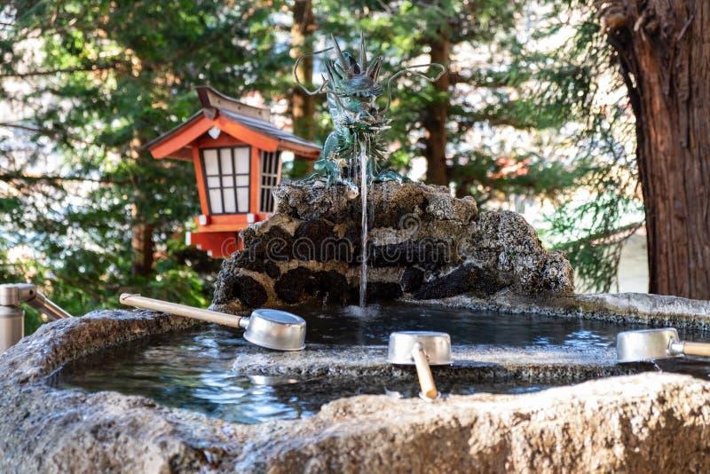 L'eau dans l'étang qui est considéré tombeau au Japon qui est situé dans une forêt photos libres de droits