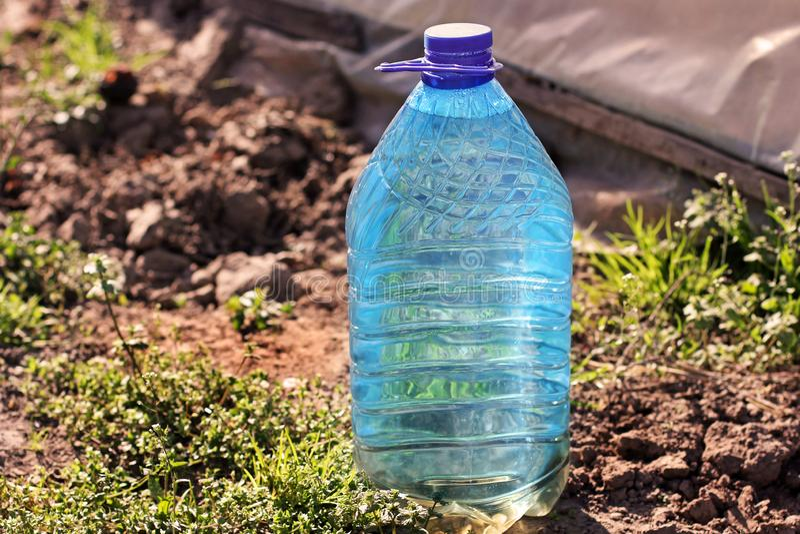 L'eau dans la bouteille sur la rue images stock