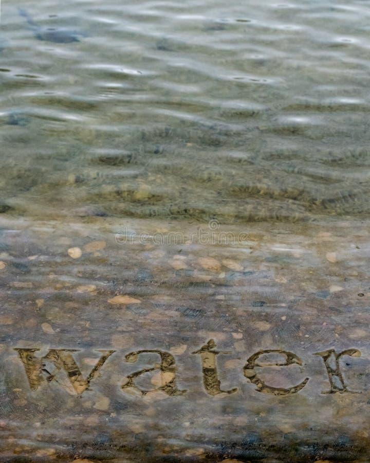 L'eau dans la verticale en pierre photos libres de droits
